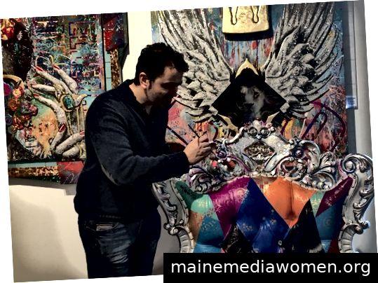 Brayden Bugazzi vor seinem Werk Live-Malen bei der Eröffnungsnacht von Art in LA Affair; Foto von Kathy Leonardo