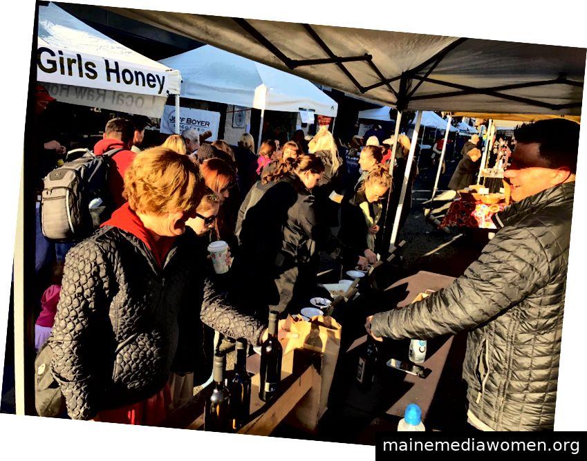 Besucher erleben eine Verkostung auf einem Ferienmarkt in Edmonds. In der Stadt findet jedes Jahr ein Sommermarkt statt. Edmonds ist die erste Stadt, die von der Washington State Arts Commission eine eindeutige Bezeichnung erhalten hat: die erste Zertifizierung der Creative Districts des Staates (Foto mit freundlicher Genehmigung von Edmonds City)