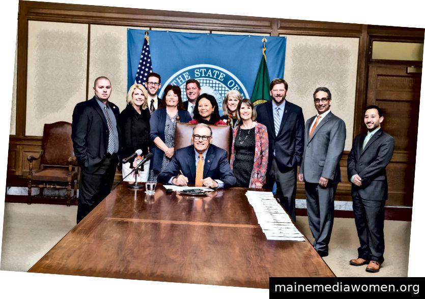 Gouverneur Inslee unterzeichnet das Hausgesetz 1183 von 2017 in Kraft. Das Programm setzt Kunst und Kultur ein, um wirtschaftliche Aktivitäten in lokalen Gemeinschaften zu generieren. Der frühere Abgeordnete Joan McBride war der Hauptsponsor der Rechnung. (Foto mit freundlicher Genehmigung von Legislative Services)