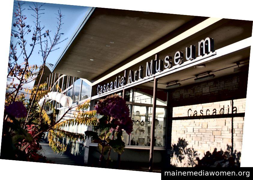 Blumen schmücken den Gang zum Cascadia Art Museum in Edmonds, das für seine farbenfrohen Blumenpräsentationen bekannt ist. Die Kunstkommission der Stadt hat auf der Spitze von 25 Blumenmaststangen in der Innenstadt Skulpturen aufgestellt, die vom Künstler geschaffen wurden. (Foto mit freundlicher Genehmigung von Edmonds City)