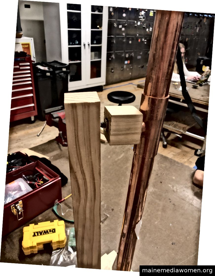 Griff bauen. Dies stellte sich als einer der schwierigsten und lästigsten Prozesse heraus - ein Drehgeber ist nicht so gebaut, dass er eine erhebliche Menge an Holz tragen kann.
