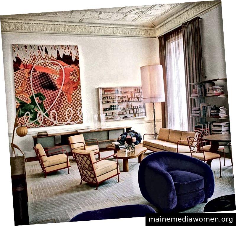 Wohnzimmer von Maja Hoffman; Kunstwerke von Jeff Koons (links) und Damien First (rechts); über Architectural Digest