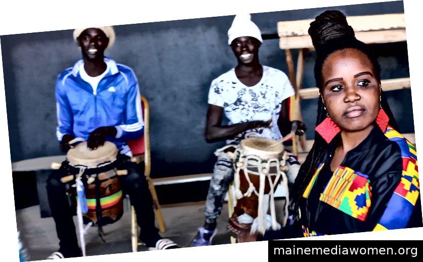 Eine junge senegalesische Frau bereitet einen Slam auf irreguläre Migration vor. IOM / Aissatou Sy