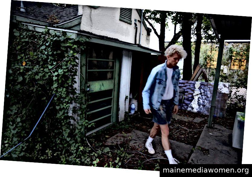 Matthew Brinston außerhalb seines Hauses und Studios in Dallas, Texas. (Foto von Lacey Williams McGhee)