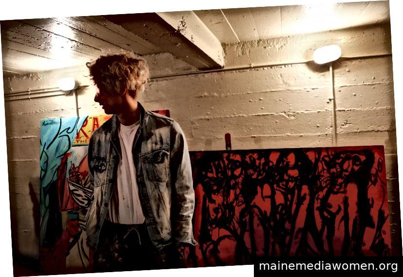 Matthew Brinston umgeben von Kunstwerken in seinem Atelier in Dallas, Texas. (Foto von Lacey Williams McGhee)