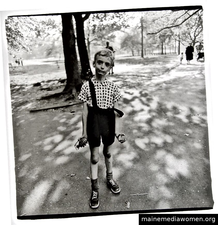 Kind mit Spielzeughandgranate in Central Park, NYC, 1962.
