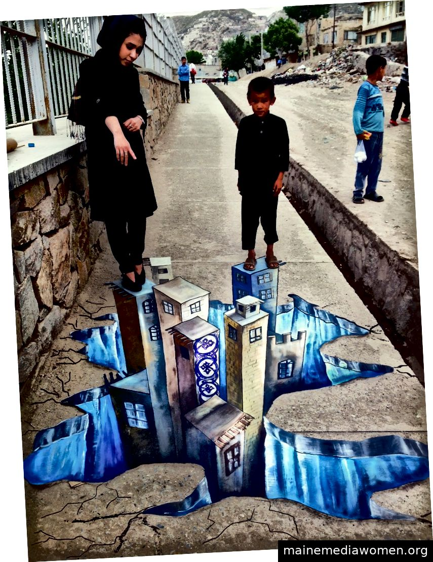 Shamsia Hassani zeigt einem kleinen Jungen ihr Bürgersteigbild (Facebook / Shamsia Hassani)