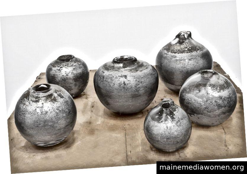 Andrew Erdos, Moon Jars, 2018 Mundgeblasene Klasse in Aluminium geschmolzen Durchmesser von 8 bis 12 Zoll Mit freundlicher Genehmigung von Andrew Erdos