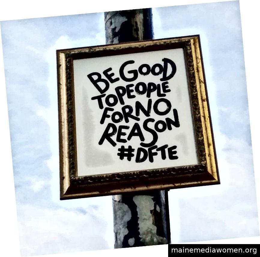 Bristol Straßenkünstler D.F.T.E. Er streckt seine Kunst auf der Straße aus und ermutigt jeden Passanten.