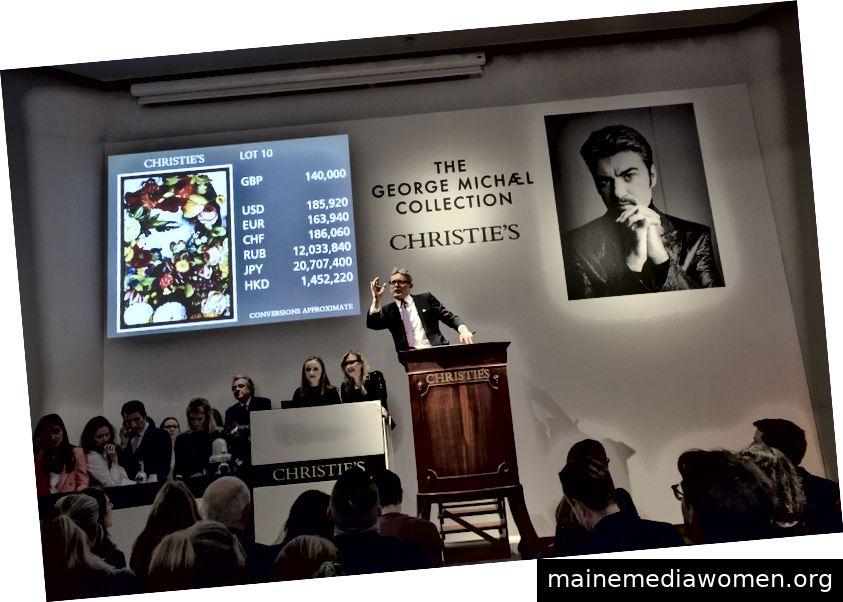 Jussi Pylkkänen, Christies globaler Präsident und Auktionator der George Michael Collection, die Careless Whisper von Jim Lambie für $ 232.400 verkauft Christie's Images Ltd 2019 / Rankin