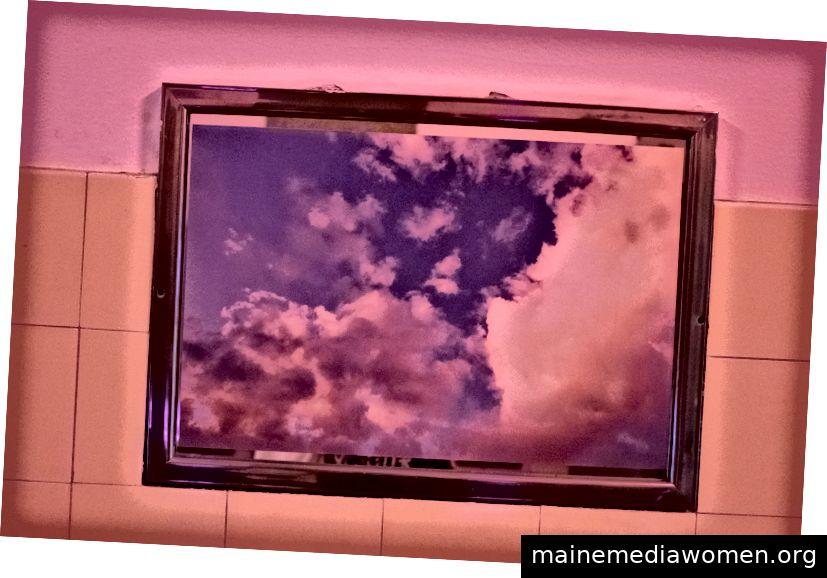 Wolkenbilder bedeckten die Spiegel über den Waschbecken