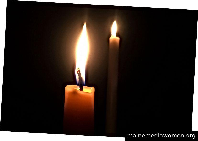 Zünde zwei Kegel an. Zuerst wird es dunkel erscheinen, aber sobald sich Ihre Augen anpassen, ist es hell genug, um zu lesen, zu schreiben oder zu kochen.
