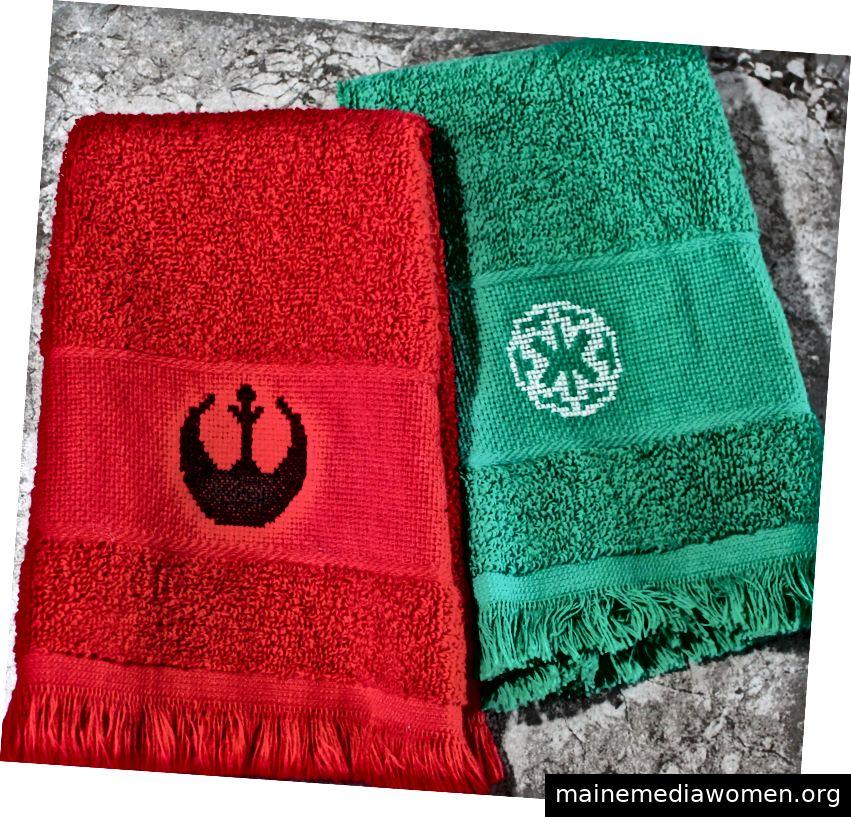 Zwei Handtücher mit den Rebellen- und Imperial-Symbolen aus Star Wars, die vom Autor gekreuzt wurden.