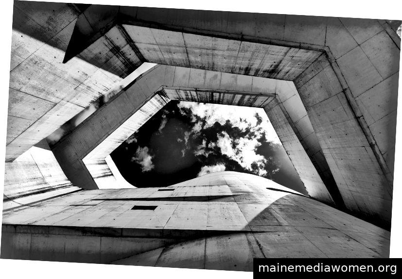 Alvaro Siza orchestriert wie kein anderer die Erfahrung des Besuchers in seinen Arbeiten. Mit Kompressionen und Dekompressionen, Öffnungen und Schließungen, Volumen, Hohlräumen und Licht markiert der portugiesische Architekt die Wege, Gesichtspunkte und Perspektiven des Zeitablaufs - Alvaro Sizas Iberê Camargo-Stiftung Durch die Linse von Ronaldo Azambuja