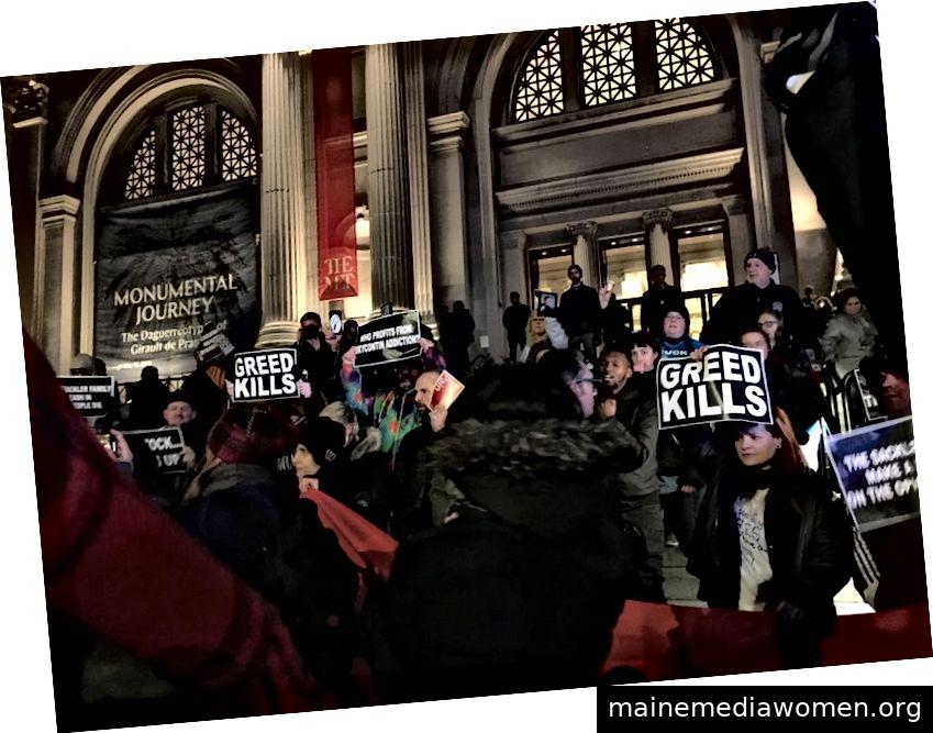 Die Anti-Opioid-Aktivistengruppe Pain (Prescription Addiction Intervention Now) von Nan Goldin protestierte im Solomon R. Guggenheim Museum in New York und auf den Stufen des Metropolitan Museum of Art. (Photogaph von Gabriella Angeleti)