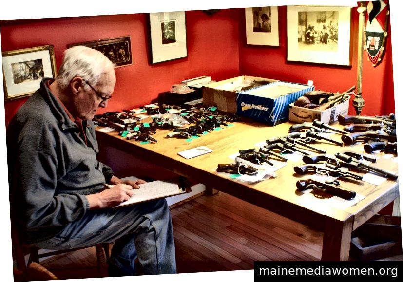 Dr. Z. hält eine Sammlung antiker Schusswaffen zum Verkauf bereit, damit er etwas Neues sammeln kann