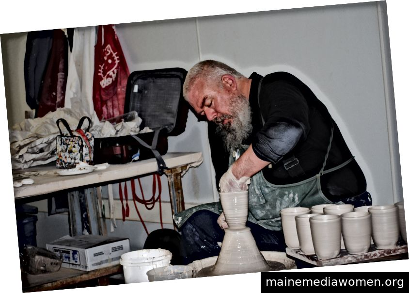 Ehren Tool wirft am 8. Mai während einer Demonstration im Keramikstudio des Laney College eine Tasse. Werkzeuge können nicht gekauft, sondern nur gegeben werden. Foto von Alice Robinson.