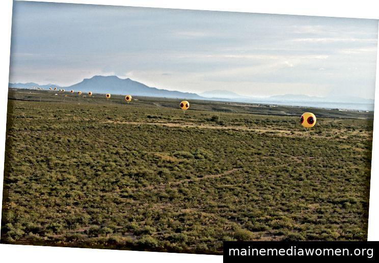 Postcommodity: Abwehrzaun - 2015. Land Art Installation und Community Engagement (Erde, Cinder Blocks, Para-Cords, PVC-Kugeln, Helium). Installationsansicht, US / Mexiko-Grenze, Douglas, Arizona