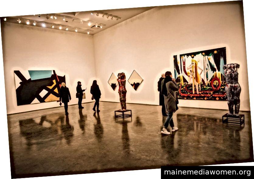 NEW YORK CITY - 27. FEBRUAR: Ausstellung von Malerei und Skulpturen der modernen Kunst in Chelsea-Bezirk in Manhattan, New York City
