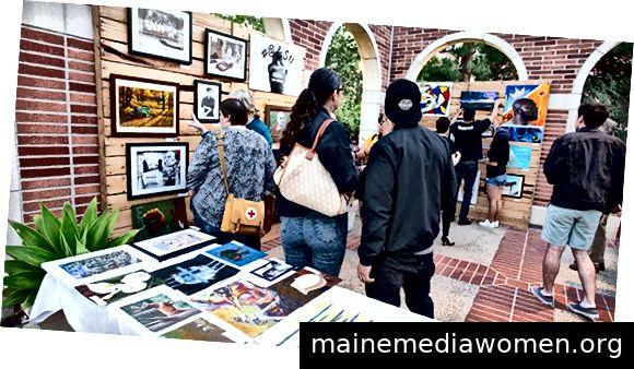 CALL-Teilnehmer sehen sich Kunstwerke an, die von Personen ausgestellt wurden, die sich derzeit in Haft befinden. Foto von Joanne DeCaro.