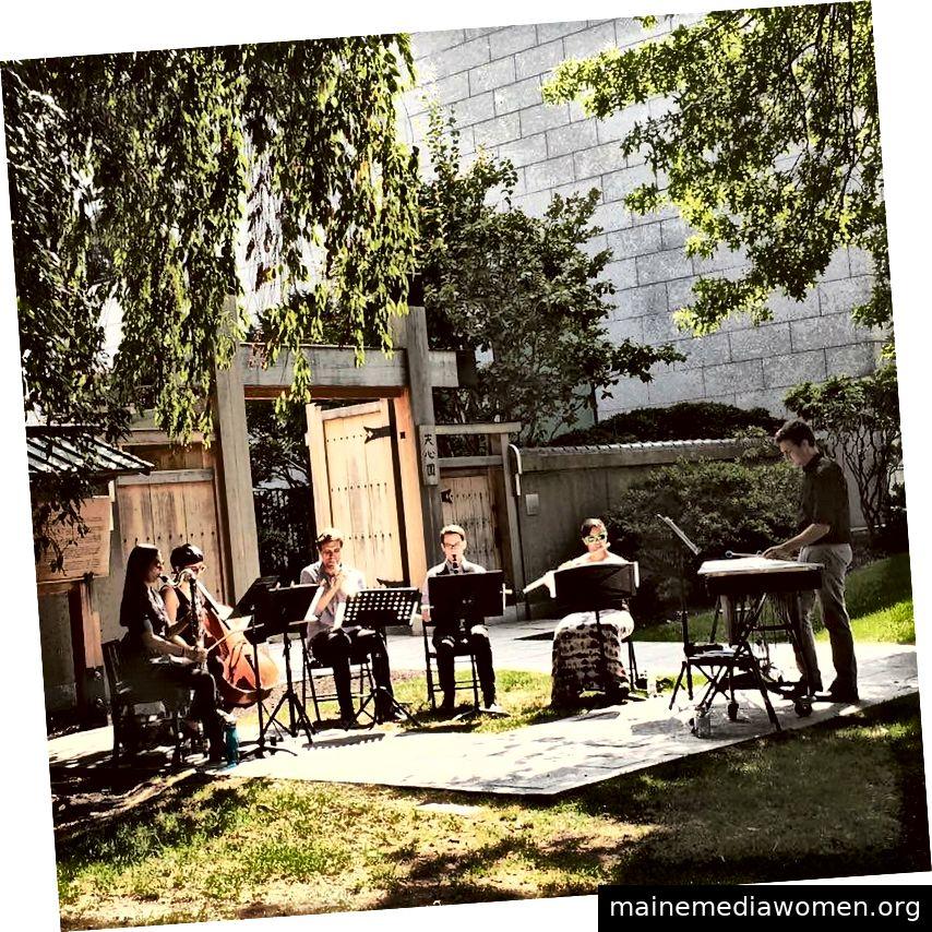 Das Black Sheep Contemporary Ensemble spielt im Garten