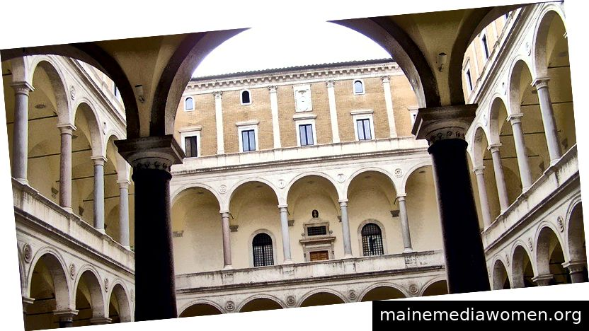 Bild: Der Innenhof des Bramante mit den Originalsäulen aus dem Pompeius-Theater. Der Palazzo della Cancelleria (Palast der Kanzlei) ist ein Renaissance-Palast in Rom, Italien, zwischen dem Corso Vittorio Emanuele II und dem Campo de 'Fiori in der Provinz Parione. Der Palazzo beherbergt das Päpstliche Kanzleramt und ist ein extraterritoriales Eigentum des Heiligen Stuhls.