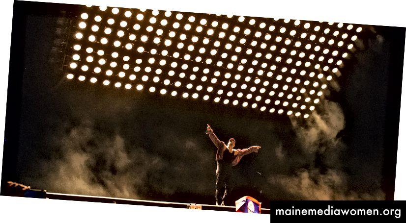 Kanye Wests Glastonbury-Bühne (2015). Ein Lichtgitter und eine Standardbühne.
