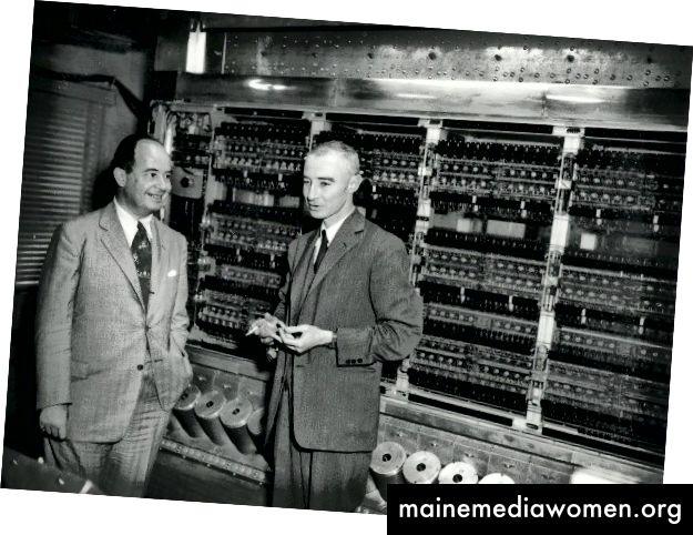 John von Neumann und Robert Oppenheimer vor ENIAC (Electronic Numerical Integrator and Computer)