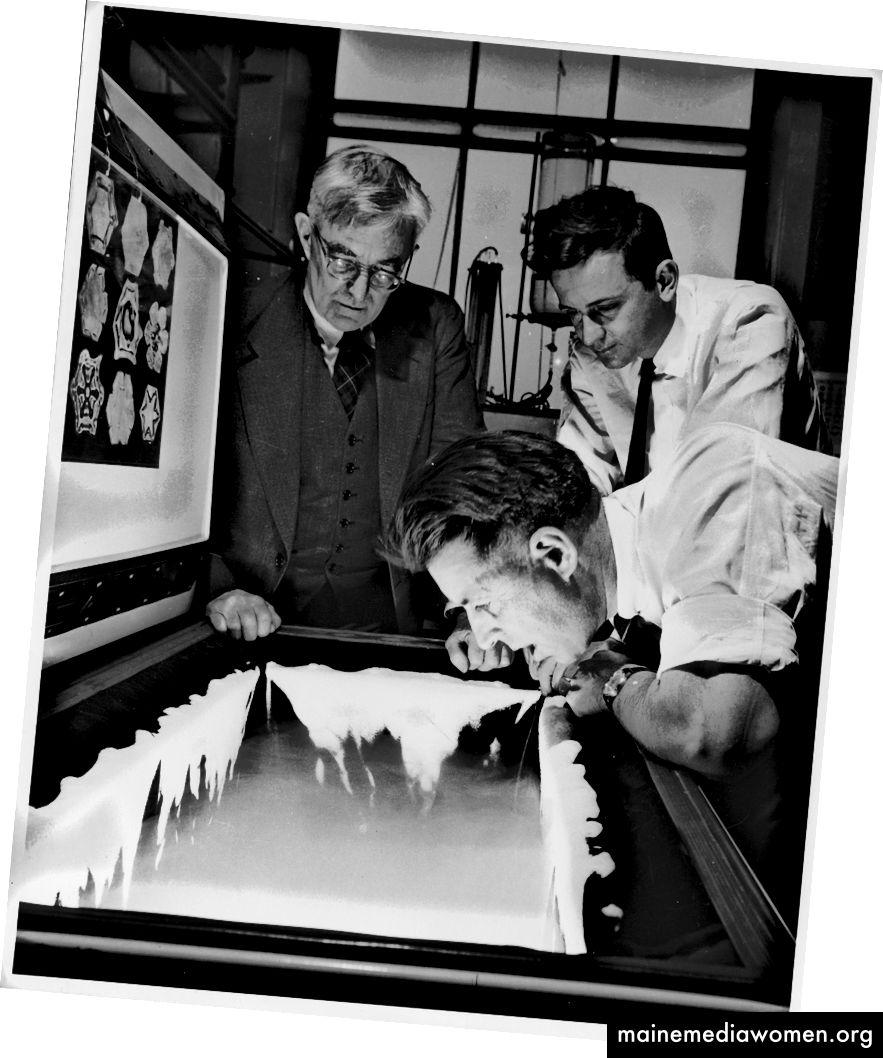 Der GE-Wissenschaftler Vincent Schaefer haucht einer Gefriertruhe eine Wolke ein, wie die Kollegen Irving Langmuir und Bernard Vonnegut sehen. (GE News Bureau)