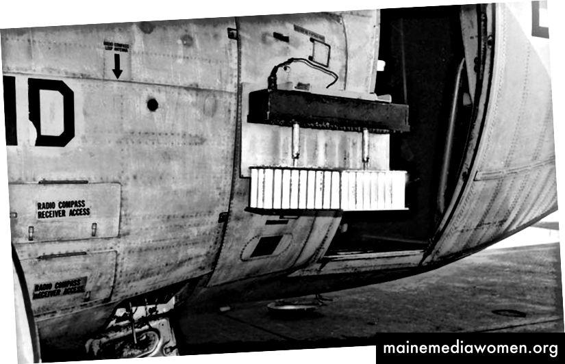 Wolkensämaschine an der Seite eines WC-130A Hercules montiert [Quelle]