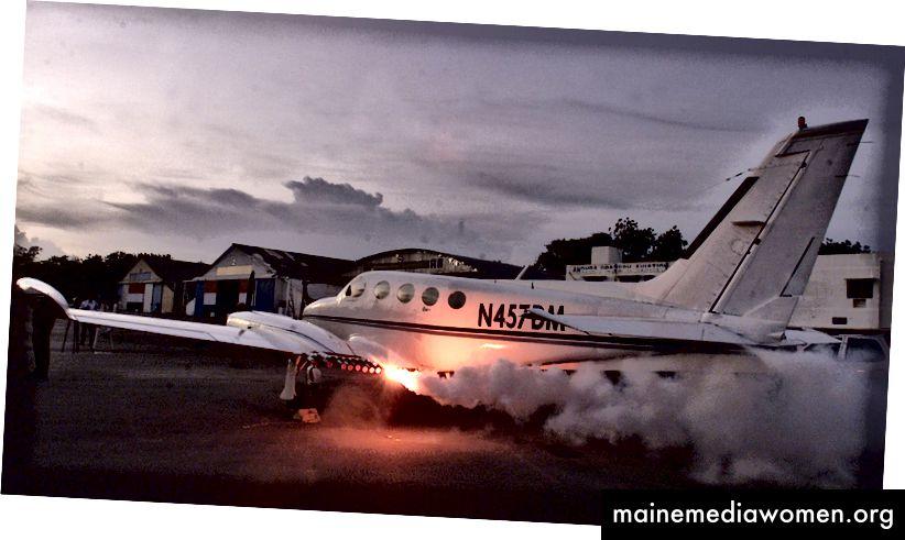 Wolkenfackeln in Flugzeugen montiert [Quelle]