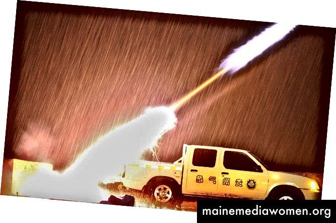 Raketen, mit denen Wolken gesät werden, werden in China von der Ladefläche eines Lastwagens abgefeuert [Quelle]