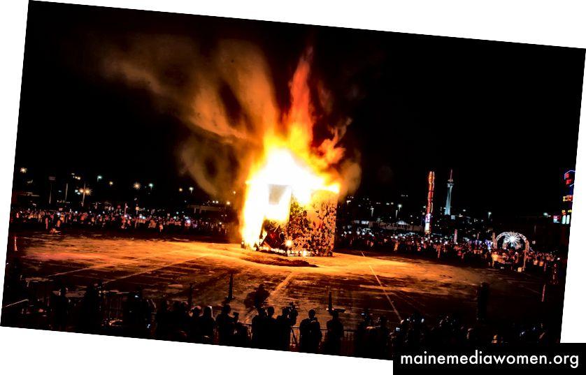 يحرق The Life Cube في وسط مدينة لاس فيجاس ، 2014. تصوير جوستين تايلر غينز