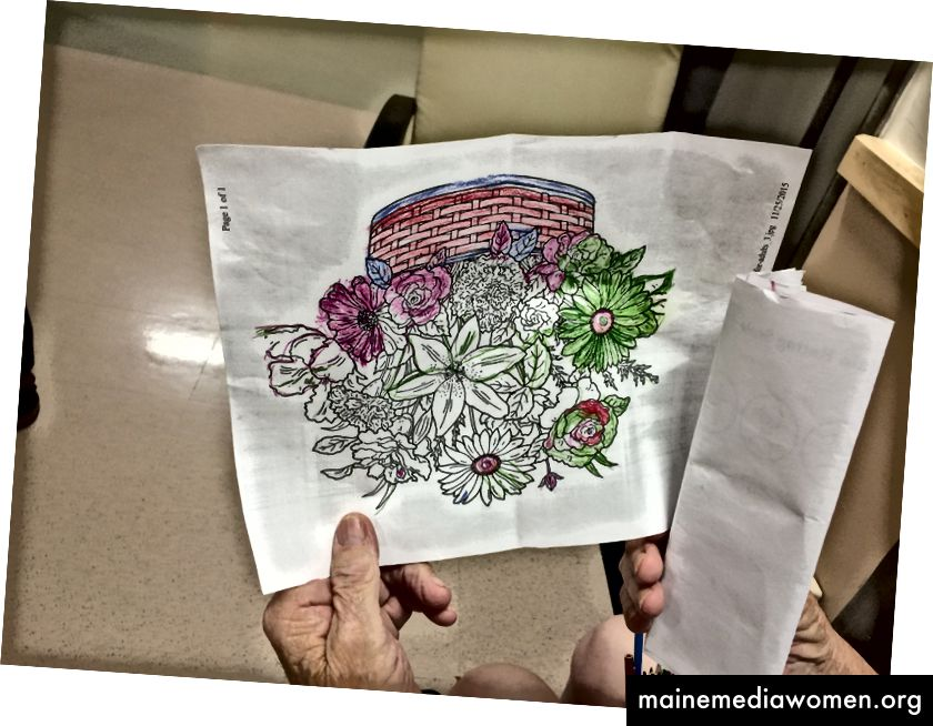 Hier ist ein Patient, der mir eines seiner vielen farbigen Bilder zeigt - beachten Sie die Tasse mit den Stiften unten rechts.