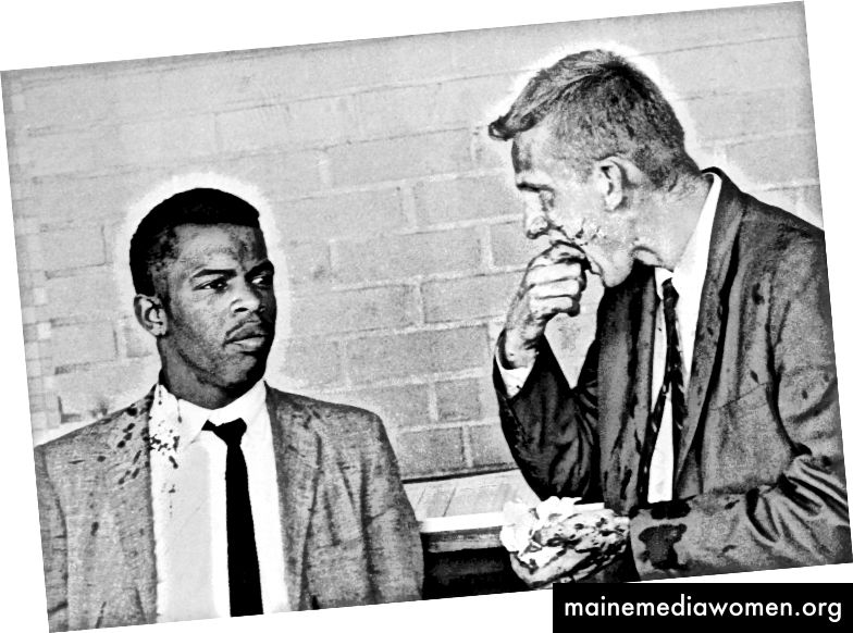 Die beiden blutbespritzten Freedom Riders John Lewis (links) und James Zwerg (rechts) stehen zusammen, nachdem sie in Montgomery, Alabama, von Pro-Segregationisten angegriffen und geschlagen wurden. (Bettmann / Bettmann Archiv)