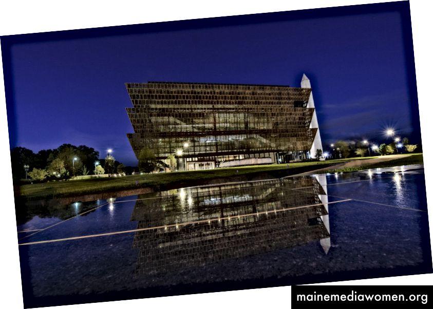 مباشرة قبل شروق الشمس في متحف سميثسونيان الوطني للتاريخ والثقافة الأميركيين الأفارقة. (Jahi Chikwendiu / The Washington Post)