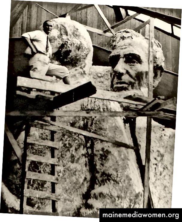 Del Bianco mit einem Modell des Mount Rushmore in Borglums Atelier, um 1935. Foto mit Genehmigung.