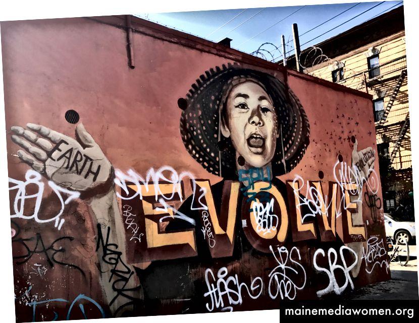 Das Wandbild von Lmnopi, das Zexor unkenntlich machte. Es trägt jetzt ihr Wort: EVOLVE. Andere Leute als Zexor zerstören es noch heute. Foto von Natasha Rodriguez