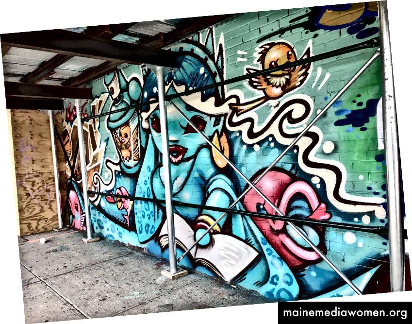 Shiros Wandgemälde in Bushwick wurde vom Gerüst verdeckt. Foto von Natasha Rodriguez