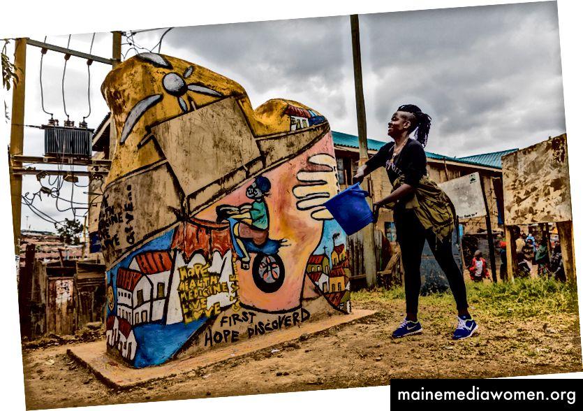 """Um die 20 Jahre von MSF in Kibera zu würdigen und der Gemeinschaft zu danken, baute MSF in Zusammenarbeit mit lokalen Künstlern """"Tuko Poa"""" -Bänke um Kibera. Die Bänke haben die Form von zwei menschlichen Silhouetten, die den Geist der Gemeinschaftsstärke einfangen, der in Kibera lebt. Fotos: Bryan Jaybee"""