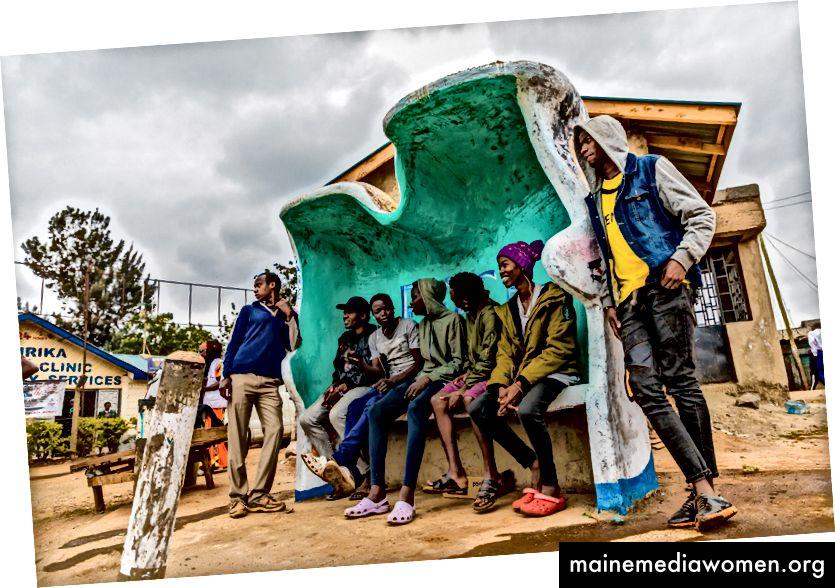 Oben: Faith Atieno, Künstlerin aus Kibera, sprüht Farben. Diese Bank befindet sich in der Mitte eines Marktplatzes in der Nähe einer Bushaltestelle in Kianda, Kibera. Unten: Die Künstler Faith Atieno, Chesta Chire, Fredrick Nyayo, Japheth Nyamosi, Ibrahim Oduor, Joseph Ndeti, Joakim Kwaru, Kevo Stero, Prinz Alpha, Francis Okoth. Fotos: Bryan Jaybee