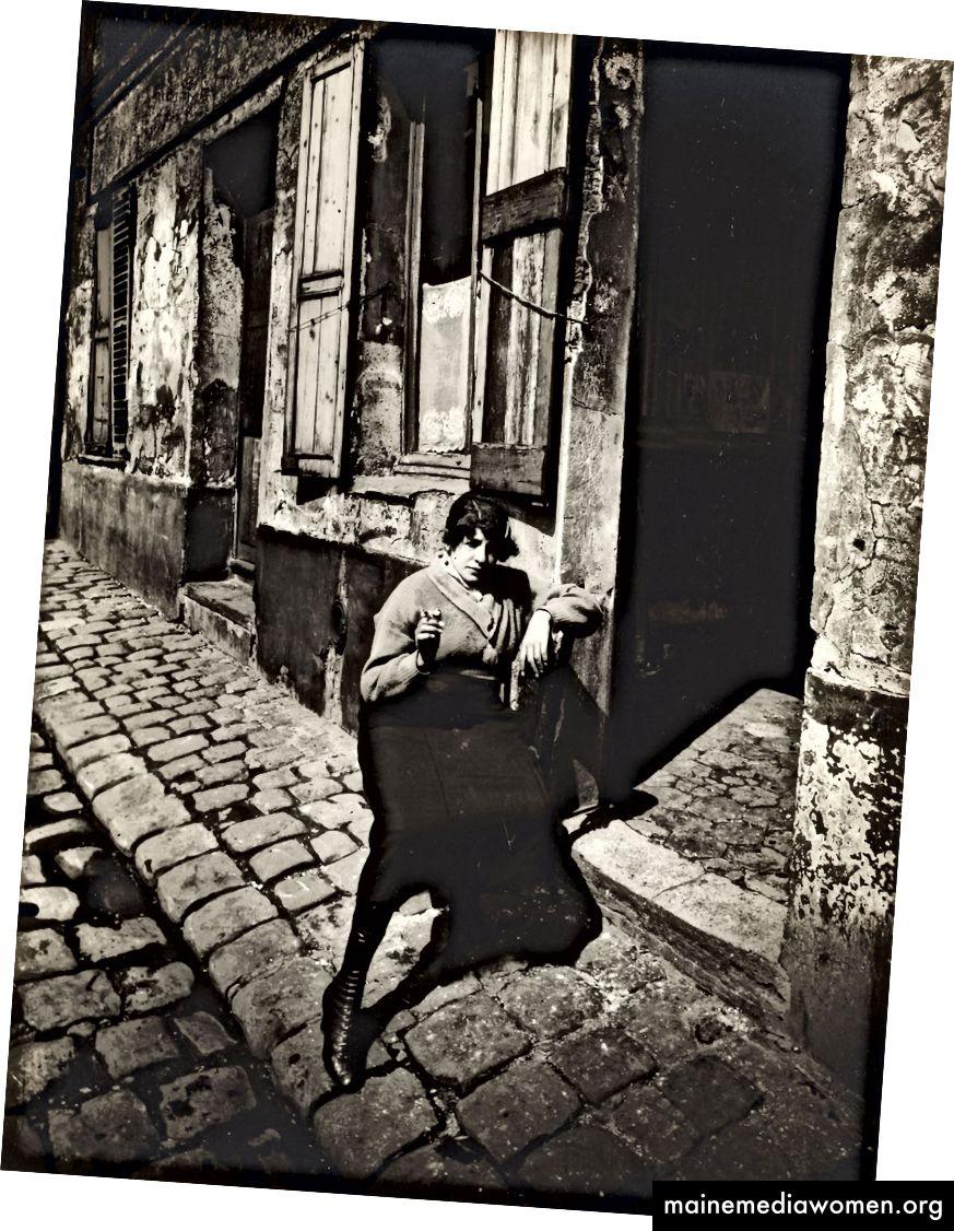 Links: Schuss von Berenice Abbott. Hot Dog Stand in New York, 1936. Rechts: Aufnahme von Eugène Atget. Prostituierte in Paris, 1921.
