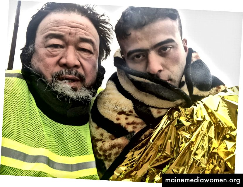 Standbild aus 'Human Flow' von Ai Weiwei mit einem Migranten in Griechenland
