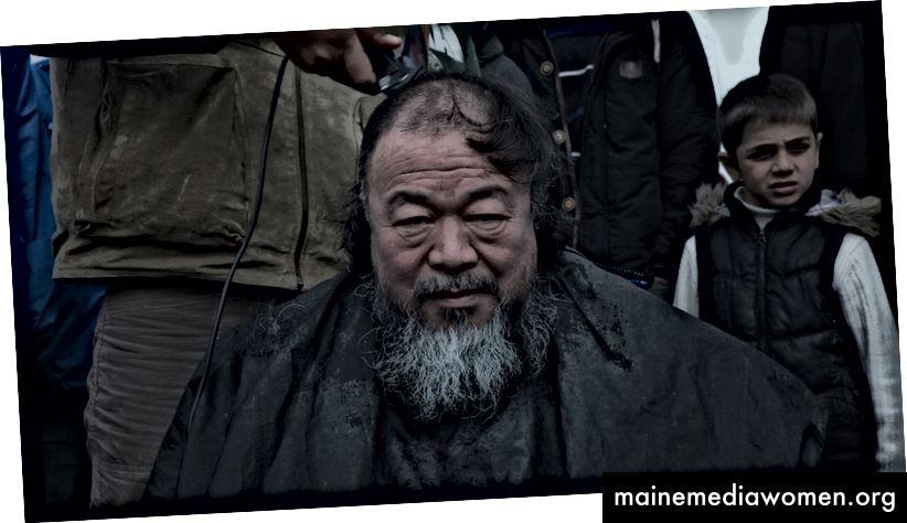 Immer noch aus 'Human Flow' von Ai Weiwei, der sich die Haare schneiden lässt