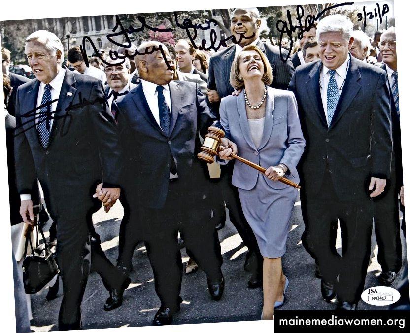 Die Septugenerianerin Nancy Pelosi unternimmt einen feierlichen Spaziergang auf spitzen Stöckelschuhen mit hohen Absätzen, die ein scheinbar schweres, eher phallisch aussehendes Objekt weilding. Dominatrix viel?