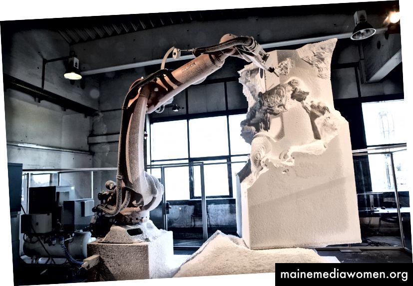 Ein Roboter modelliert eine Nachbildung des antiken griechischen Werkes Laocoon und seine Söhne, das letztes Jahr in Linz ausgestellt wurde. Ars Electronica / Flickr, CC BY-NC-ND