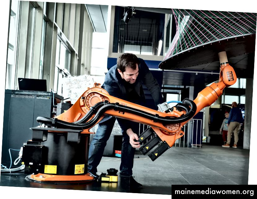 ذراع روبوت صناعي يستخدم للنحت. Ars Electronica، CC BY-NC-ND