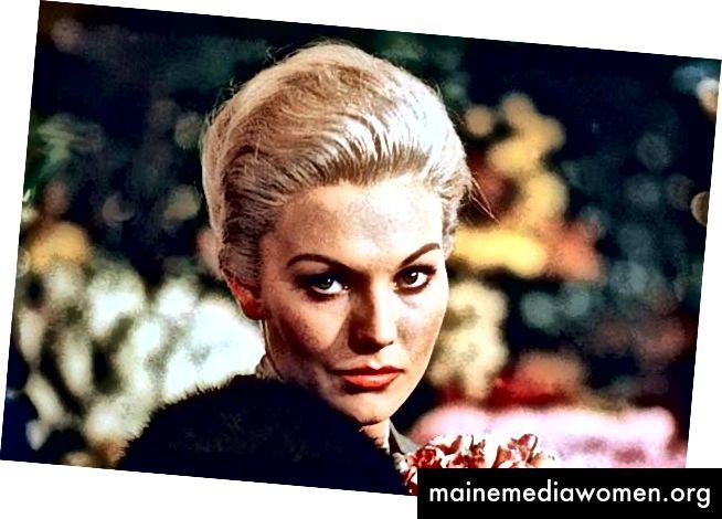 """Kim Novak als Madeline Elster in """"Vertigo"""" (1958). Dies ist vor ihrer Umwandlung in Judy Barton. Beachten Sie ihren raffinierteren, zusammengesetzten, anspruchsvolleren Look als die reiche Prominente Elster."""