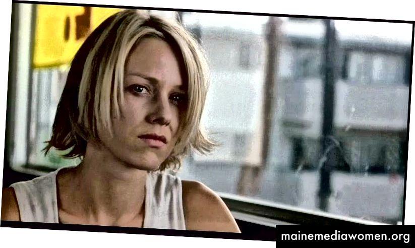 """Naomi Watts in der Post-Dream-Sequenz """"Mulholland Dr."""" (2001) als ihr wahres Ich, Diane Selwyn. Beachten Sie die härtere Beleuchtung, das fehlende Make-up und die kühlere Farbpalette, die als Vorboten der kommenden dunklen Dinge fungieren."""