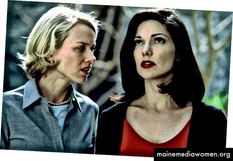 """Laura Harring als Rita in der Traumsequenz """"Mulholland Dr."""" (2001) mit Naomi Watts. Beachten Sie die zurückhaltenden Rot- und Schwarztöne an ihr, die als Omen der kommenden Dinge gedacht sind und ein Spiegelbild ihrer eigenen Probleme in Dianes Traum sind."""